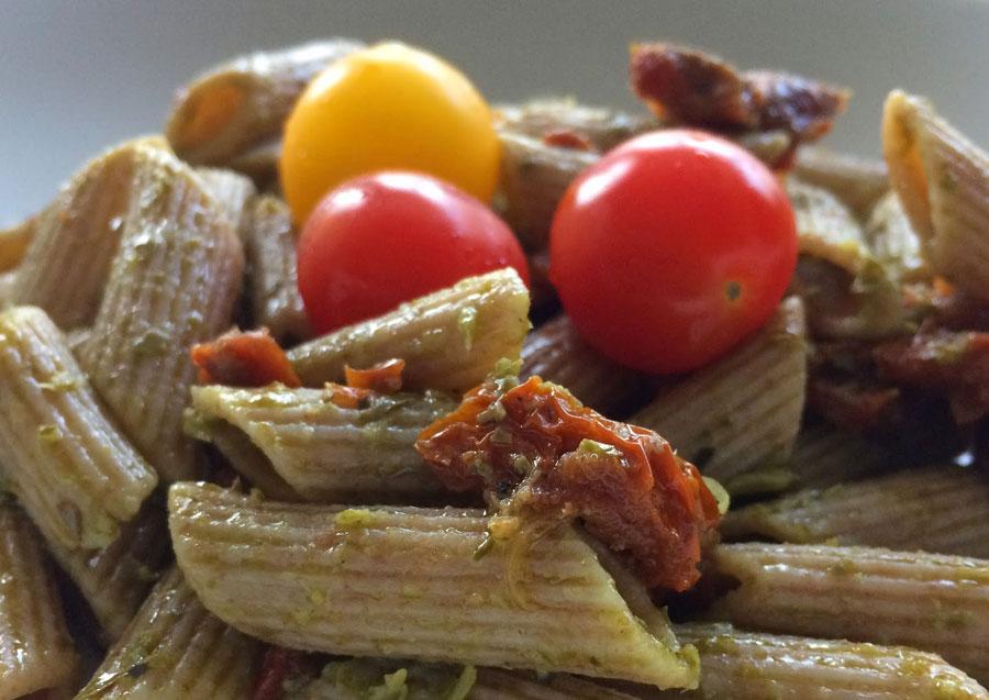 Dinkelnudeln mit Pesto und Tomaten
