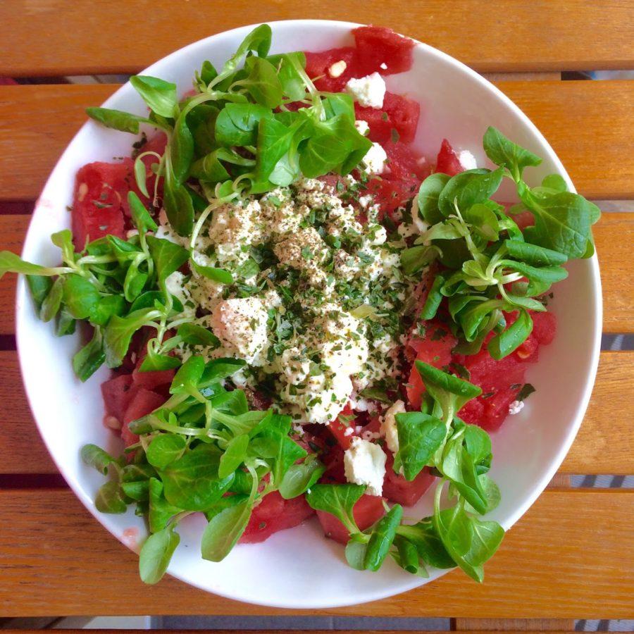 Wassermelone mit Feta und Vogerlsalat